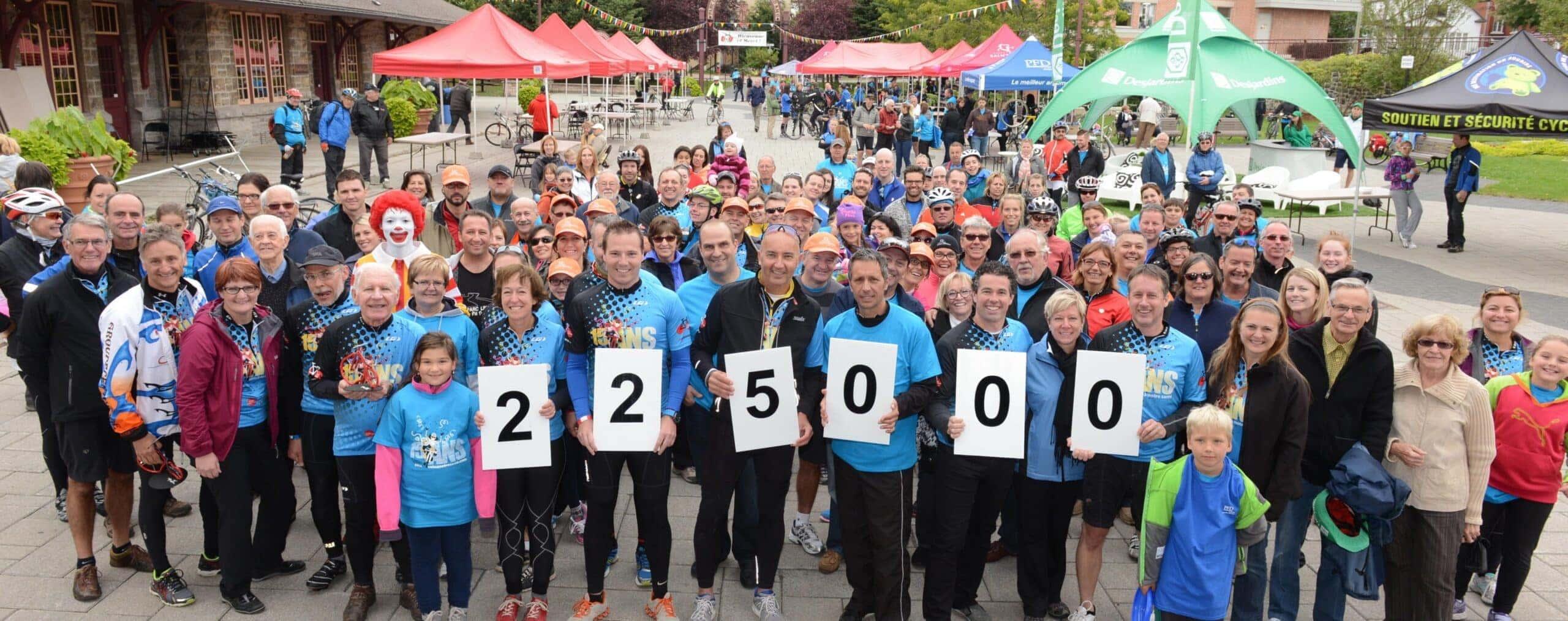 Une partie des 900 cyclistes qui ont roulé pour la Fondation de l'Hôpital régional à la Place de la Gare de Saint-Jérôme, dimanche.