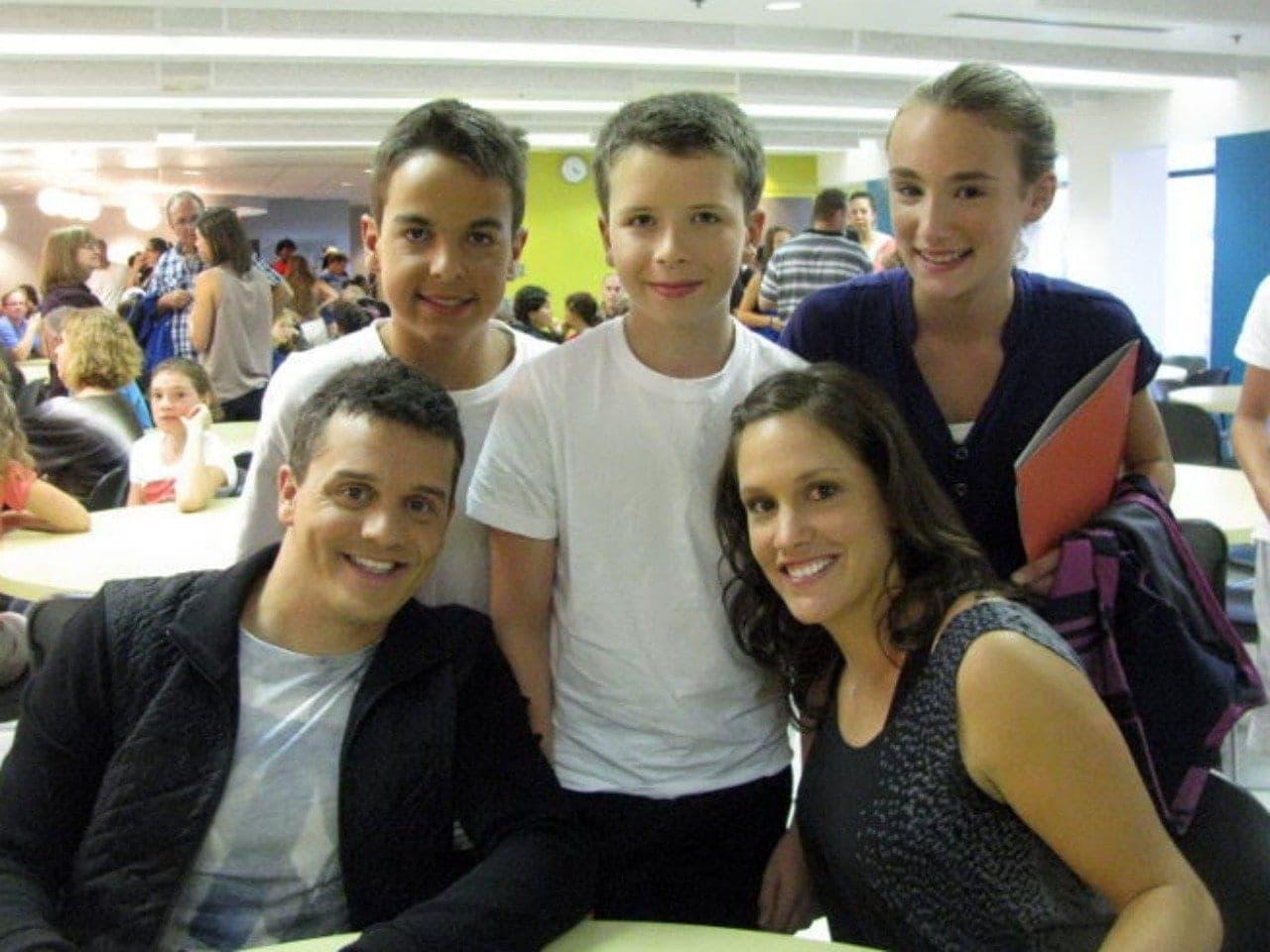 Alexis Pellerin, Louis-Philip Coursol et Ellyciane Paradis en compagnie de Patrice Bélanger et Stéphanie Dubois, lors du tournage de C'est du sport le 13 août 2014.