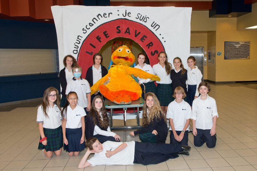 Le comité des élèves de l'Académie Lafontaine et le canard de la Fondation de l'Hôpital attendent vos dons pour la course de l'espoir du 17 octobre.