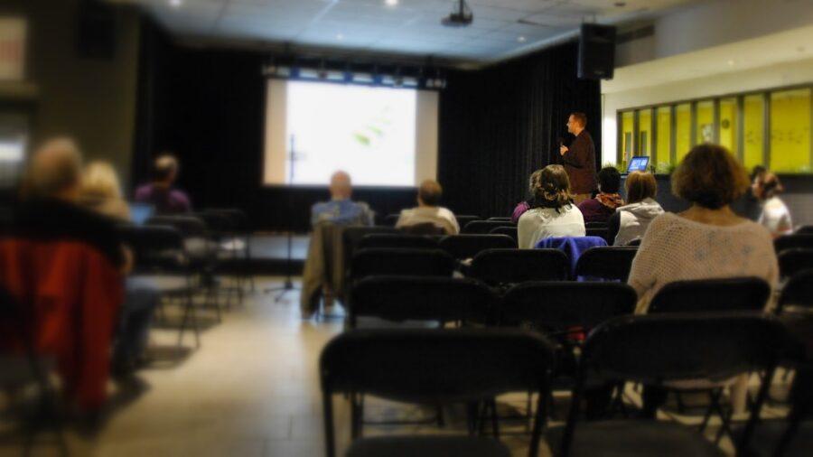 Fabien Durif a présenté sa conférence devant une quinzaine de personnes mercredi le 22 octobre au Cégep de Saint-Jérôme.