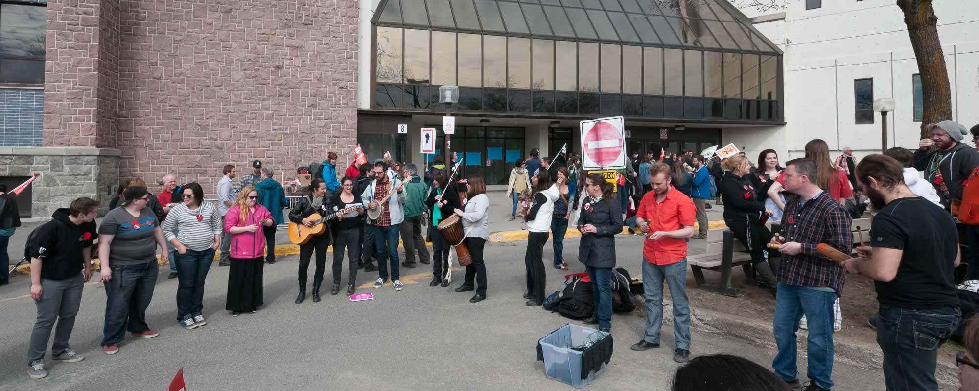 On chantait Here Comes the Sun, le 1er mai, après que les enseignants, appuyés par des étudiants, eurent décidé qu'ils ne donneraient pas de cours.