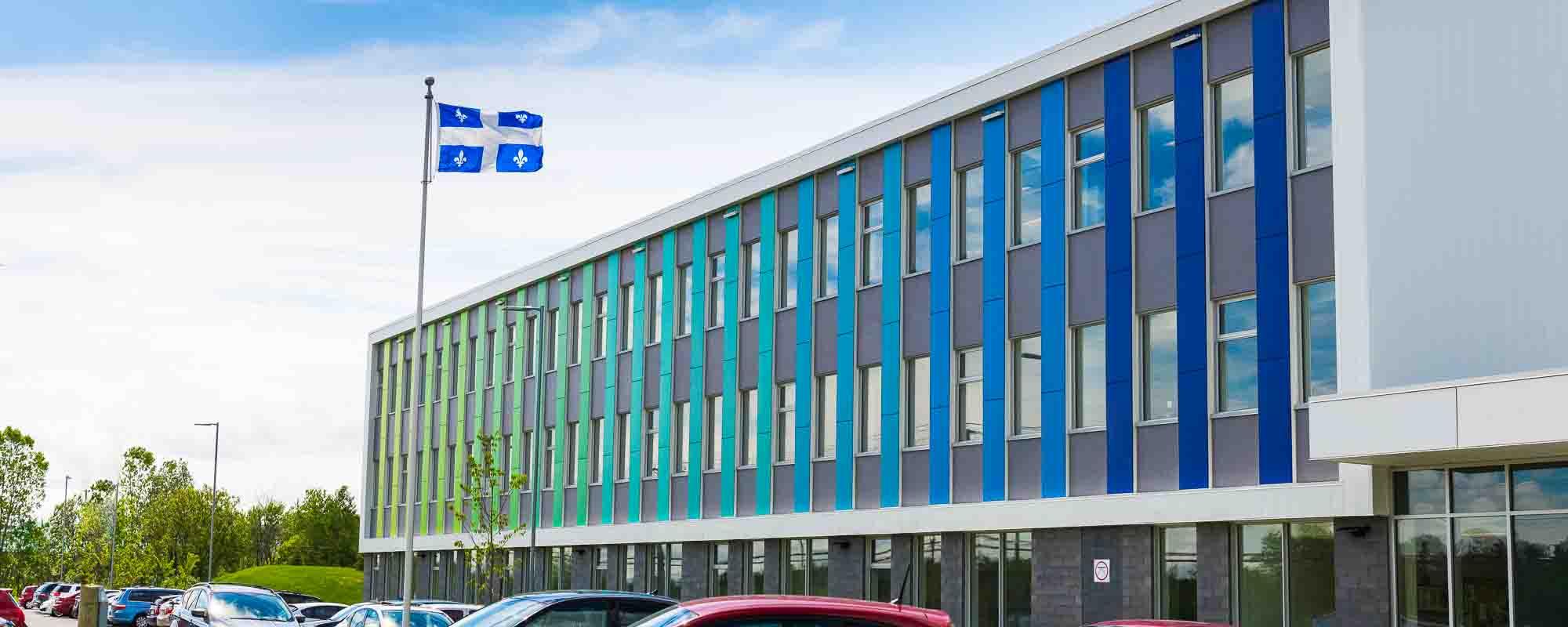 La façade colorée de l'école des Couleurs-du-Savoir ne doit pas être étrangère au choix de son nom.
