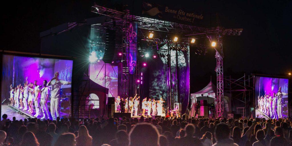 La scène était remplie d'artistes tout de blanc vêtus pour la Fête nationale à Saint-Jérôme, le 23 juin.