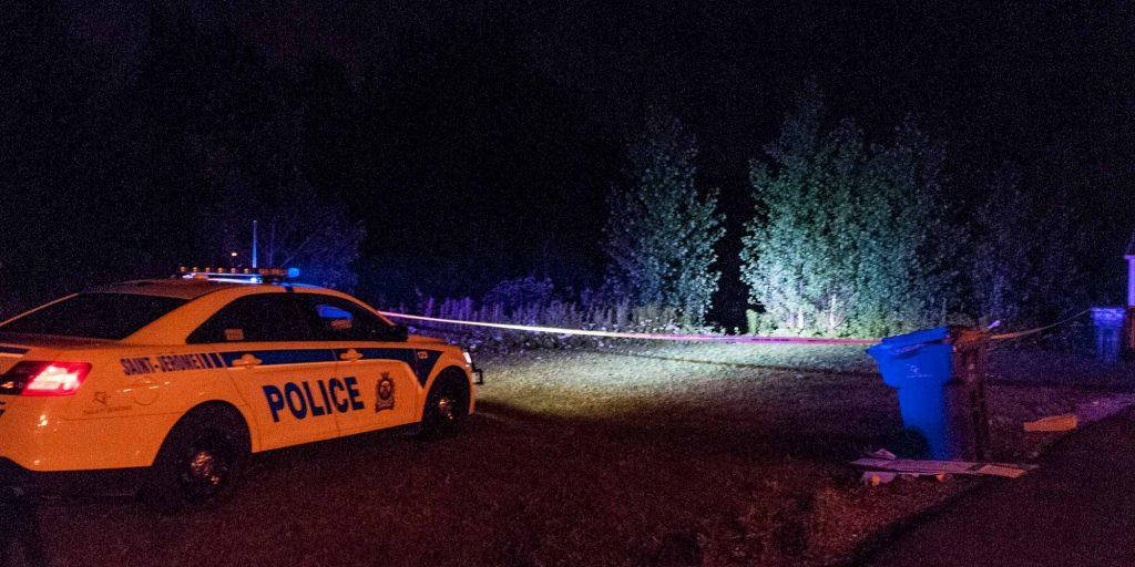 Une voiture de patrouille était stationnée derrière des résidences de la rue Blanchard, à Saint-Jérôme, le 5 juillet 2015.