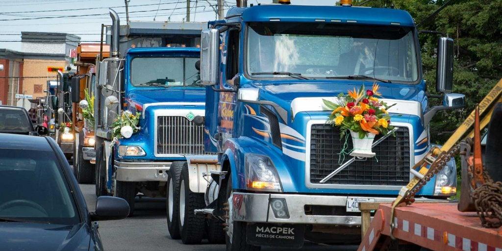Un cortège de 26 camions a accompagné Michel Rochon à son dernier repos , le 3 juillet 2015.
