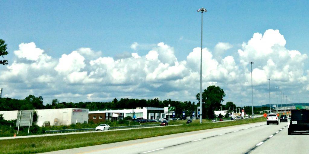 C'est un lampadaire comme celui-ci qui est tombé sur deux voies, le midi du 2 juillet à la hauteur du kilomètre 41 sur l'autoroute 15 sud.