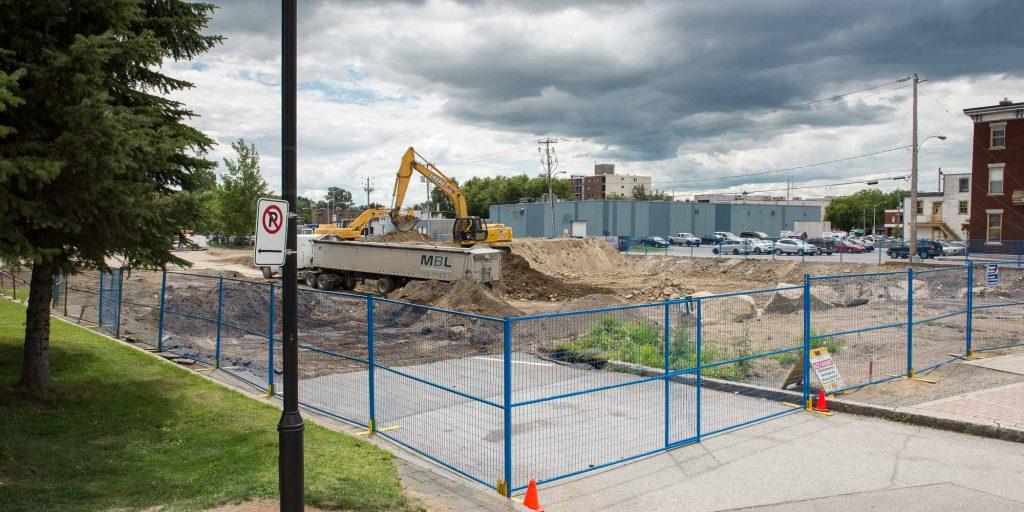 On a creusé une bonne partie de l'été sur le futur site de la salle de spectacle de Saint-Jérôme, ici en août 2015.