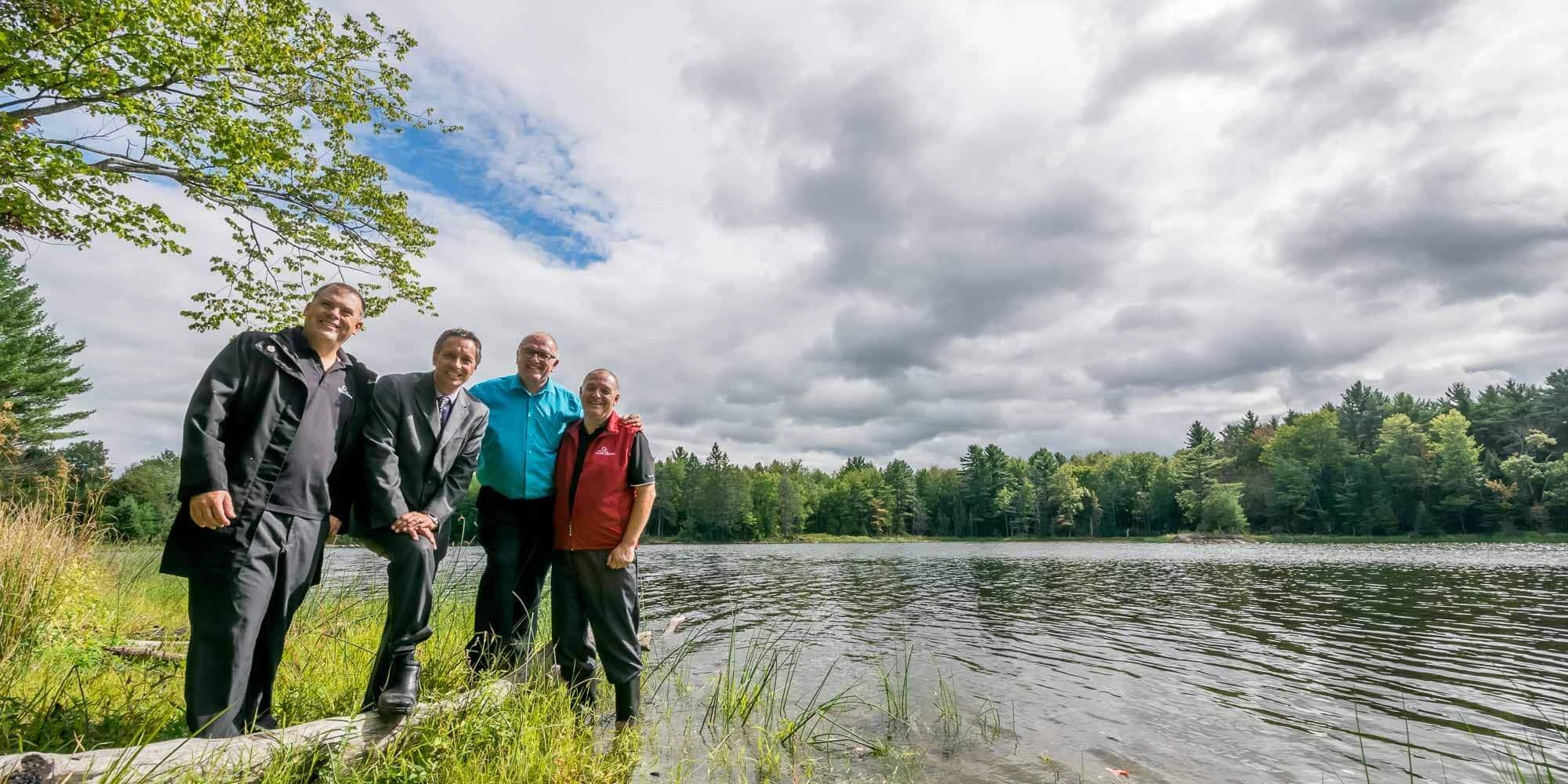 Les élus de Saint-Jérôme impliqués dans le dossier du parc-nature: François Poirier, de l'urbanisme, le maire Stéphane Maher, Mario Fauteux de l'environnement et Marc Bourcier, des sports, au bord du lac Jérôme, le 14 septembre 2015.