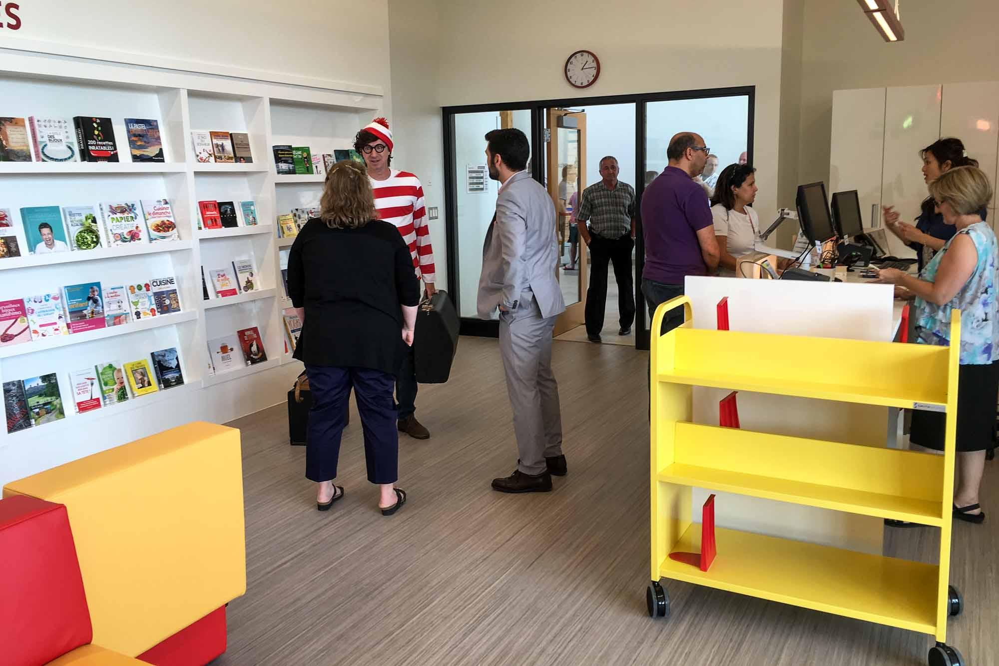 Les résidents du Domaine-Vert Nord ont dorénavant leur point de service de bibliothèque. Il est possible qu'un certain Charlie se trouve dans cette photo!