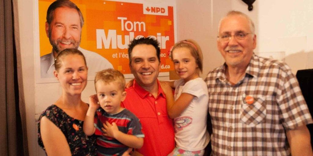 Lors de l'inauguration du local, Matthew Mulcair, le fils de Tom qui habite dans la région, est venu saluer son candidat préféré, accompagné de sa famille.