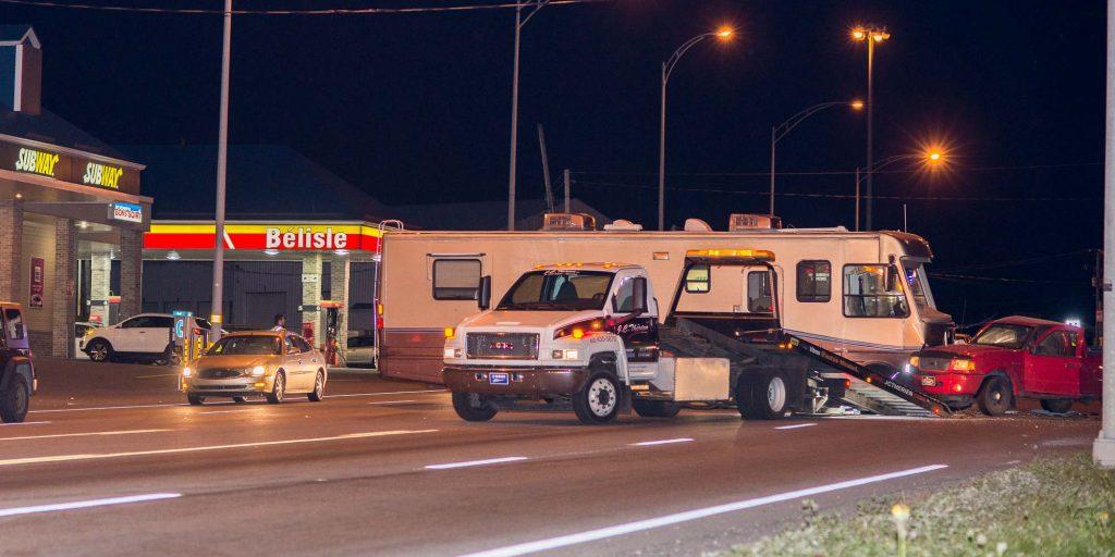 Un VR immobilisé en travers de la route 158, près de l'autoroute 15, après un accident avec une camionnette, le 7 octobre 2015.