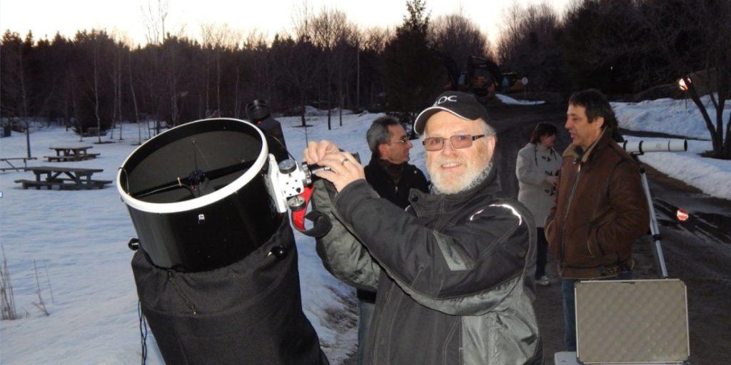 Les membres du Club d'astronomie du Bois de Belle-Rivière et de Mirabel profitent d'un site paisible pour observer les étoiles.