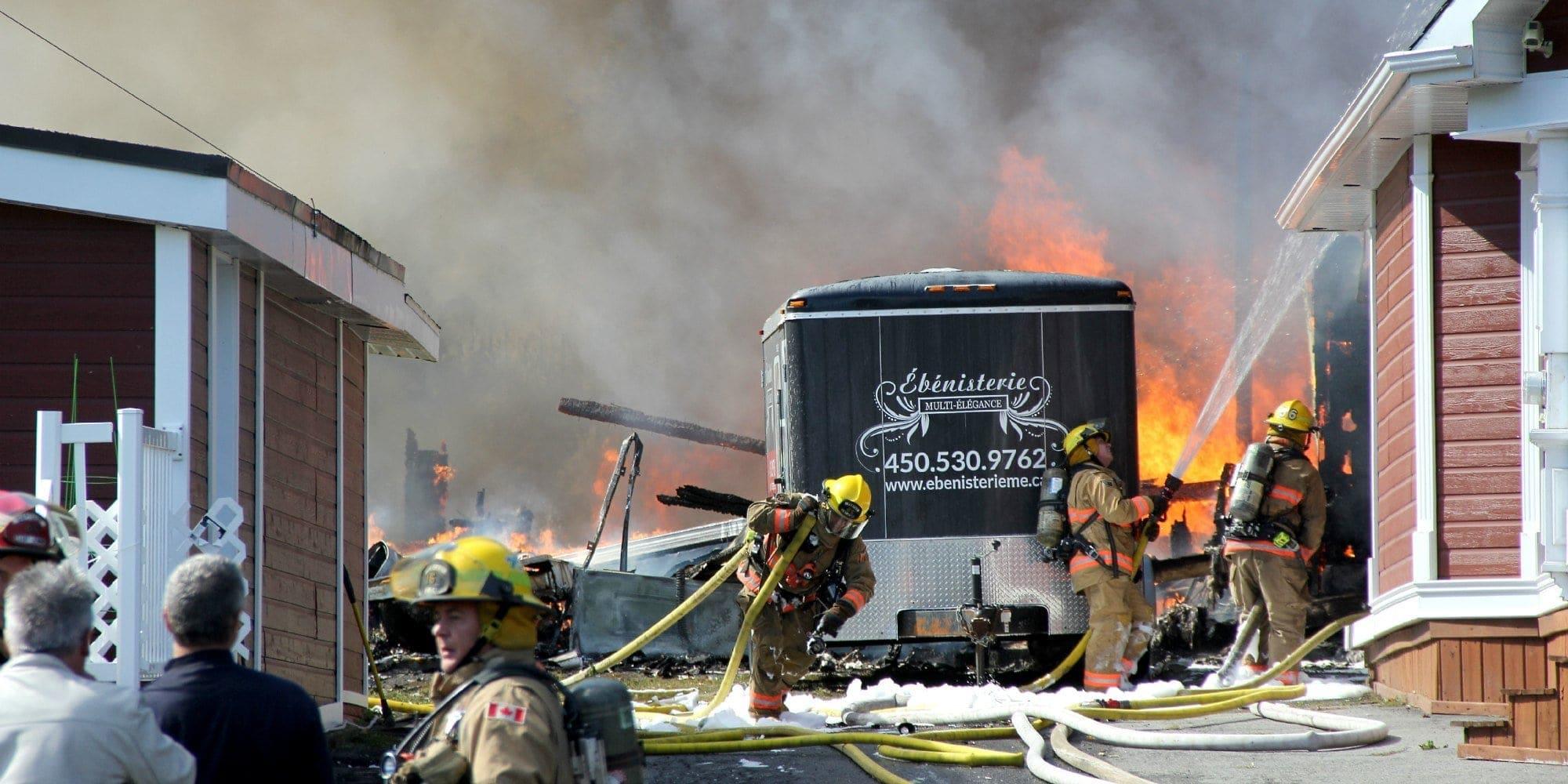 Les flammes ont attaqué rapidement les édifices du boulevard des Hauteurs, le samedi 3 octobre à Saint-Jérôme. Photo par Alexandre Parent-Léveillé
