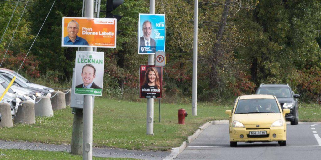 Des affiches pour quatre candidats aux élections fédérales, sur le boulevard J.-B.-Rolland, à Saint-Jérôme.