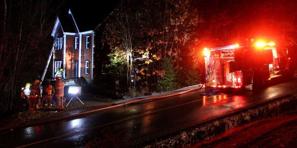 Incendie dans une maison du chemin du Poète, à Prévost, le 1er novembre 2015. Photos par Alexandre Parent-Léveillé