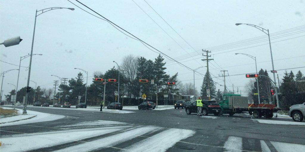 Deux policiers de Saint-Jérôme font la circulation à l'instersection de la route 158 et de la 20e avenue, à Saint-Antoine, le matin du 24 novembre 2015.