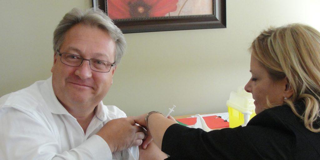 Jean-Louis Foisy, pdg du CISSS de Saint-Jérôme, reçoit le vaccin contre la grippe.