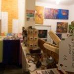 Oiseaux de bois côtoient bijoux fabriqués de matériaux recyclés, planches à découper et savons au Marché des artisans de Sainte-Sophie.