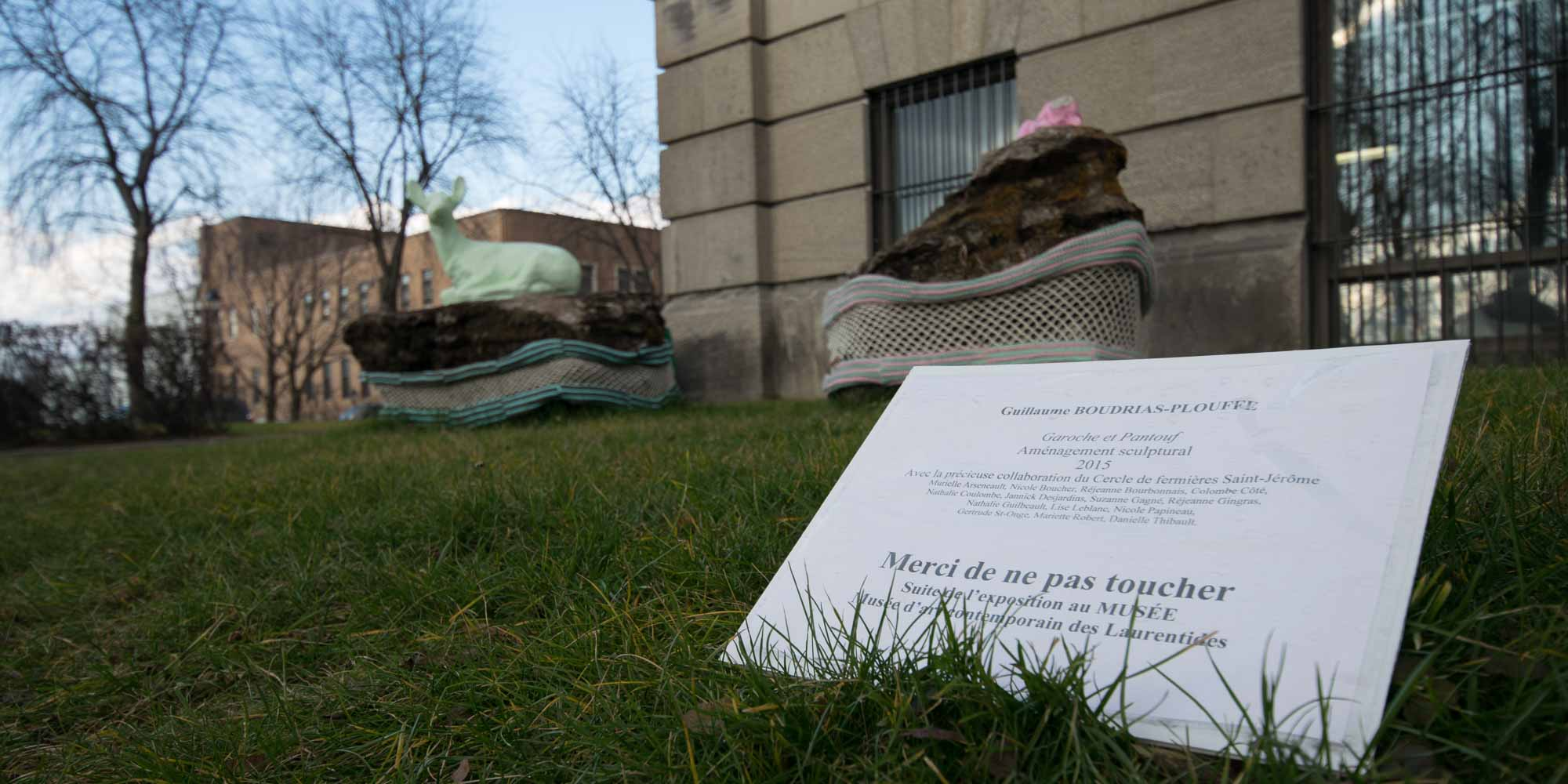 Il était pourtant bien inscrit de ne pas toucher, au pied de l'oeuvre Garoche et Pantouf, exposée devant le Vieux-Palais de Saint-Jérôme.