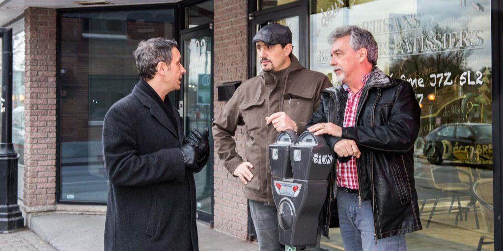 En pleine discussion sur la question du stationnement au centre-ville de Saint-Jérôme: le maire Stéphane Maher, Lionel Ducreau, de la boulangerie Deux Gars dans l'pétrin, et le directeur général de la Chambre de commerce Michel Métivier.