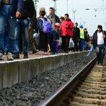 Des réfugiés arrivés par train en Hongrie marchent vers l'Allemagne, le 6 octobre 2015. Plusieurs d'entre eux fuient la guerre civile en Syrie. Photo par radekprocyk/Depositphotos.com