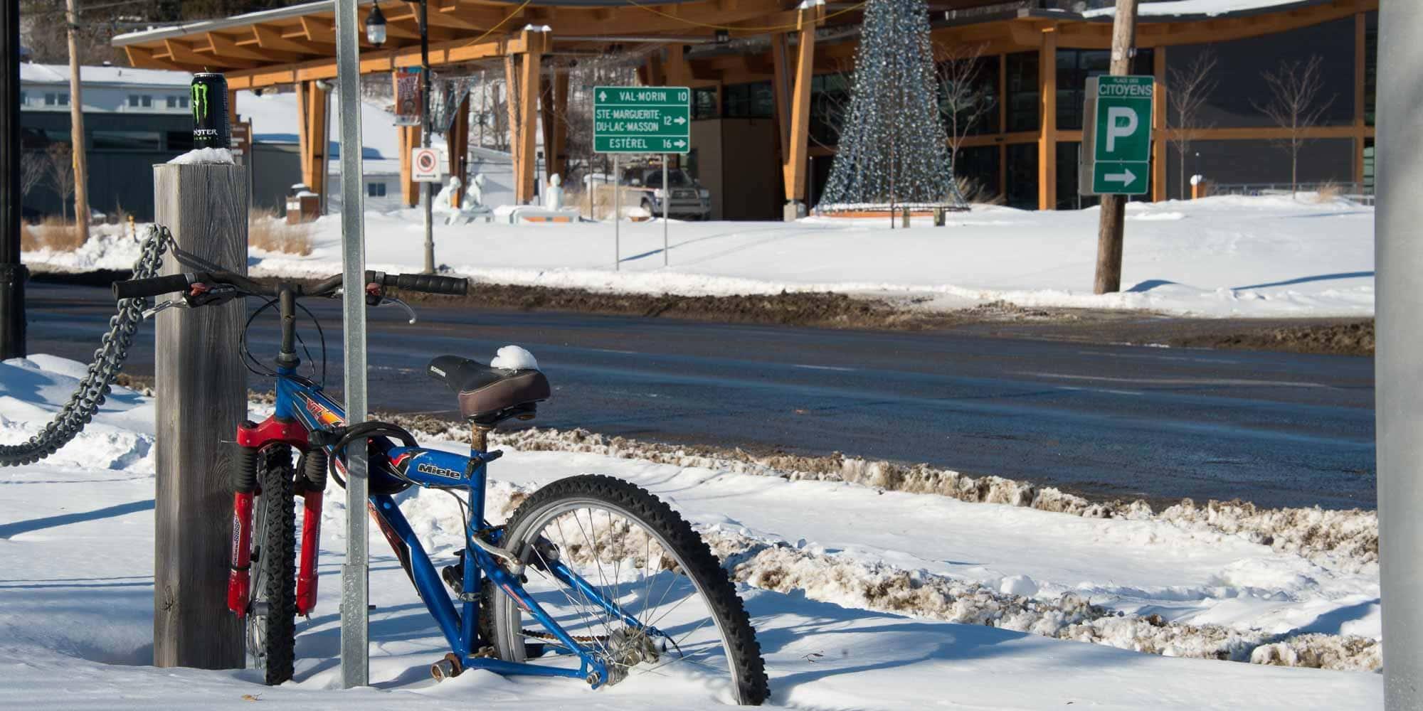 Cette bicyclette est abandonnée sur la route 117, au coin de la rue Bélec à Sainte-Adèle, le 20 janvier 2016.