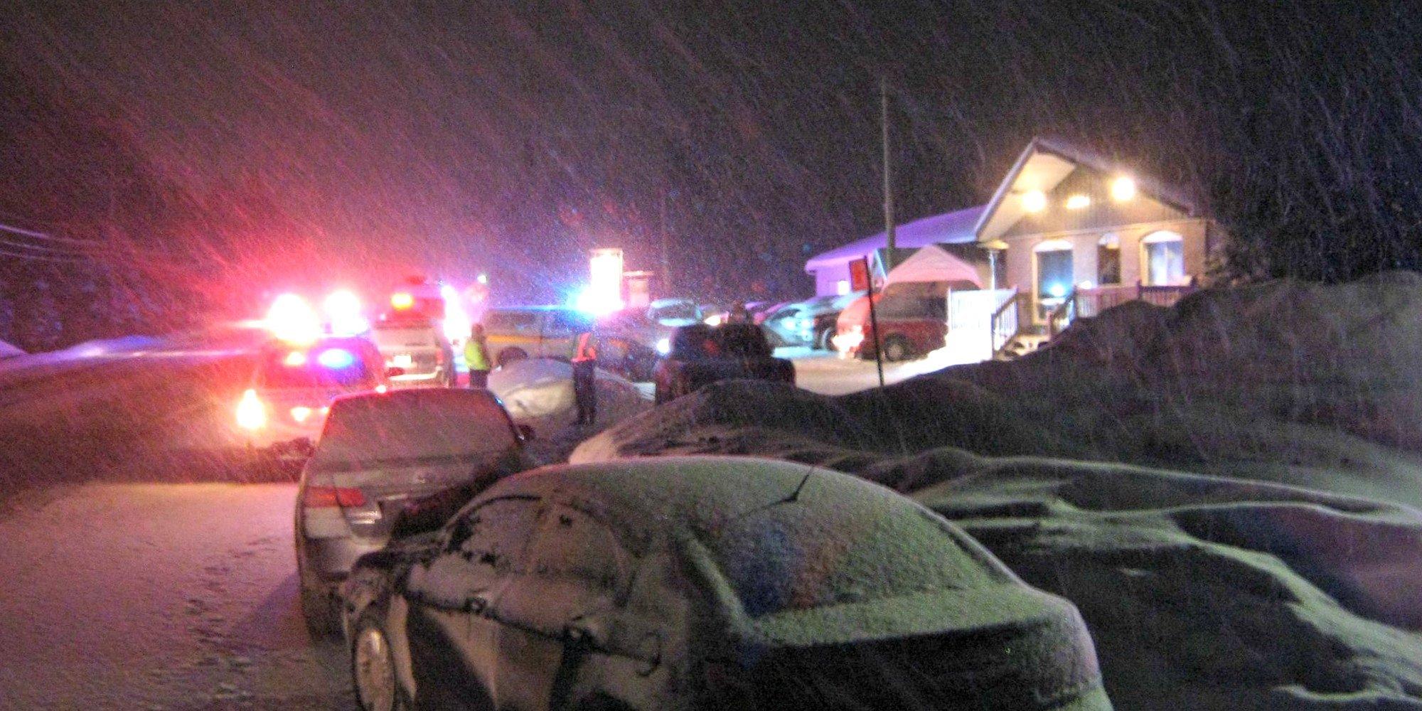Plusieurs policiers étaient réunis à l'intersection de la route 117 et de la rue des Peupliers, à Val-David, le 19 janvier 2016.