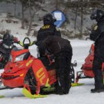 La police en a profité pour faire de la prévention auprès des nombreux motoneigistes qui passaient à côté de l'endroit principal des activités d'Hiver en fête.