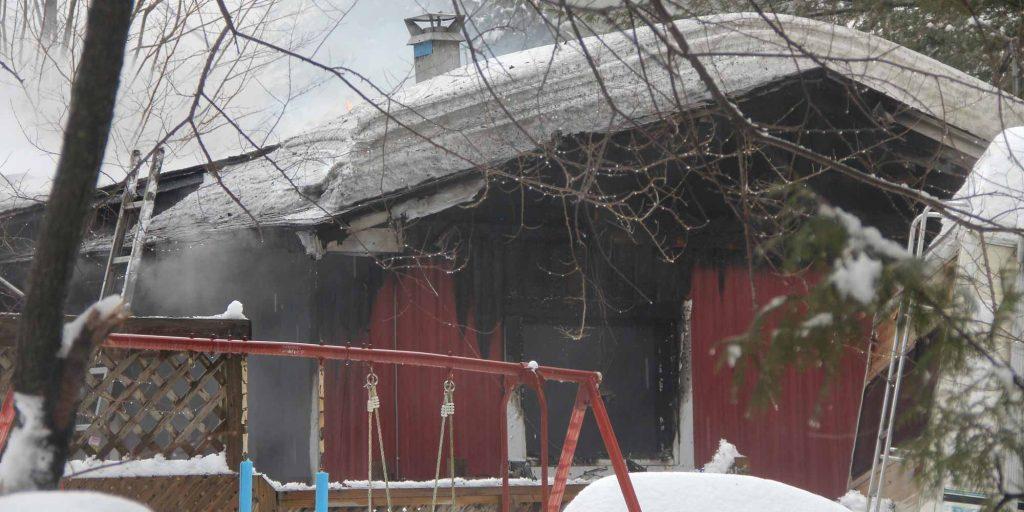 Cette maison rouge de la rue Raymond à Prévost a été noircie par les flammes, le 20 février 2016. Photos par Alexandre Parent Léveillé