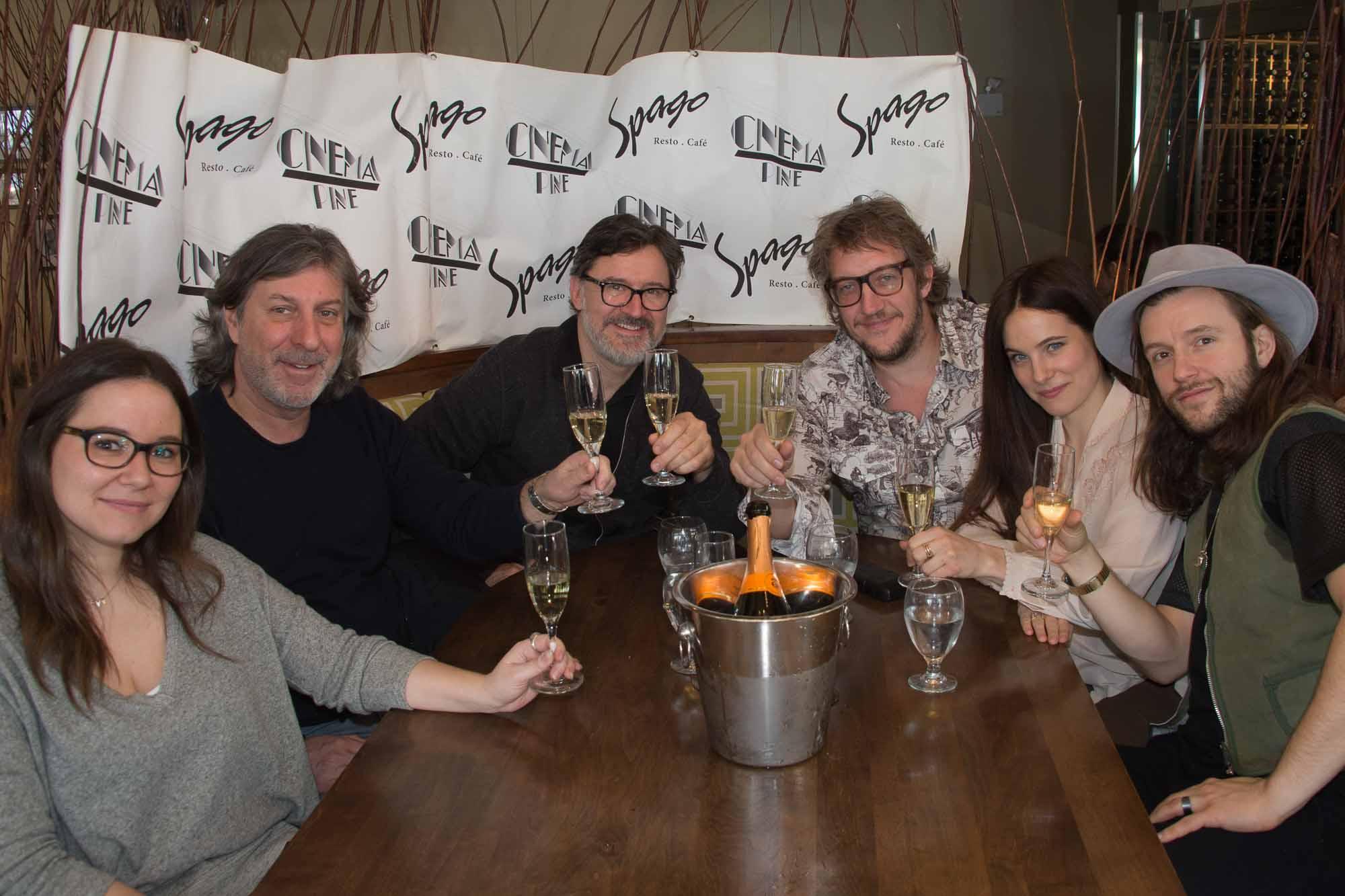 L'équipe de Chasse-Galerie célébrait au champagne cette première du film à Sainte-Adèle: Geneviève Lefebvre, Réal Chabot, François Papineau, Jean-Philippe Duval, Caroline Dhavernas et Francis Ducharme.
