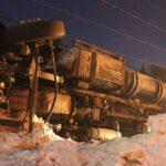 Le camion-remorque était sur le côté après être sorti de route et avoir arraché un lampadaire. Photos par Alexandre Parent Léveillé