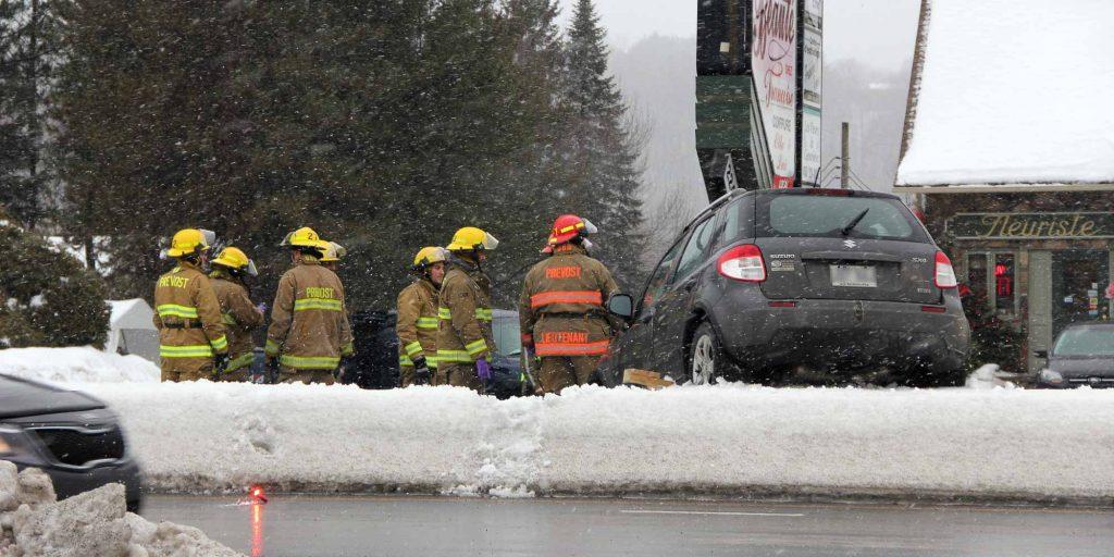 La voiture était grimpée sur le terre-plein de la route 117, face à la rue Saint-Onge, à Prévost, le 25 février 2016. Photos par Alexandre Parent Léveillé