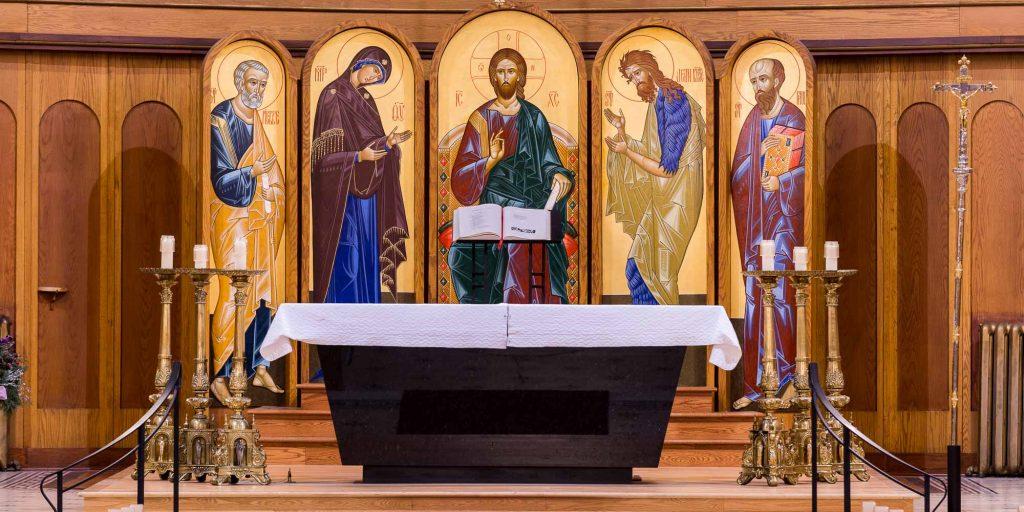 Derrière l'autel de la Cathédrale de Saint-Jérôme trônent cinq icônes peintes à la main par les soeurs moniales bénédictines de l'Abbaye Sainte-Marie des Deux-Montagnes.