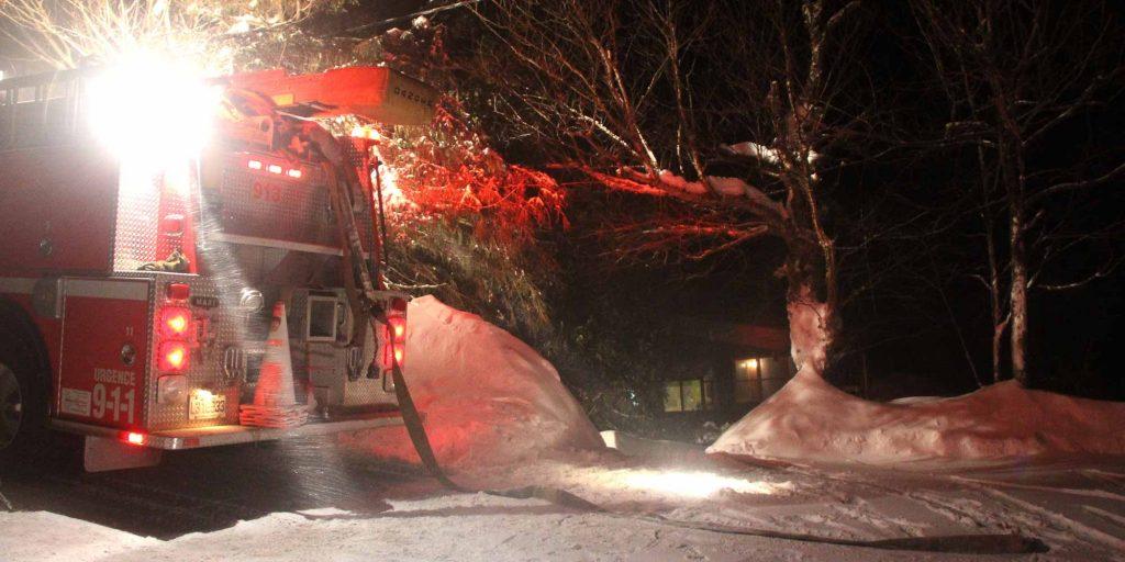 Un début d'incendie rapidement maîtrisé à Val-Morin hier soir. Le début du mois de mars promet d'être venteux et enneigé. Photo par Alexandre Parent Léveillé