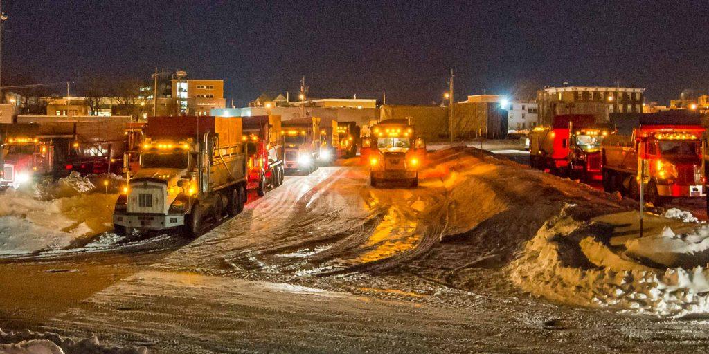 Plusieurs camions ont été réunis le soir du 2 mars 2016 dans le stationnement municipal à Saint-Jérôme.
