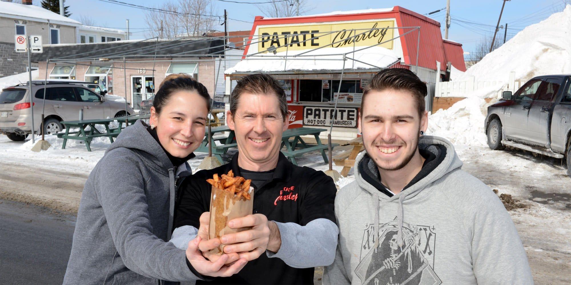 Le trio qui amorce sa saison de friture sur la rue Bélanger: Vanessa Kempffer, Alain Poirier et Jonathan Geoffroy. Photo par André Bernier