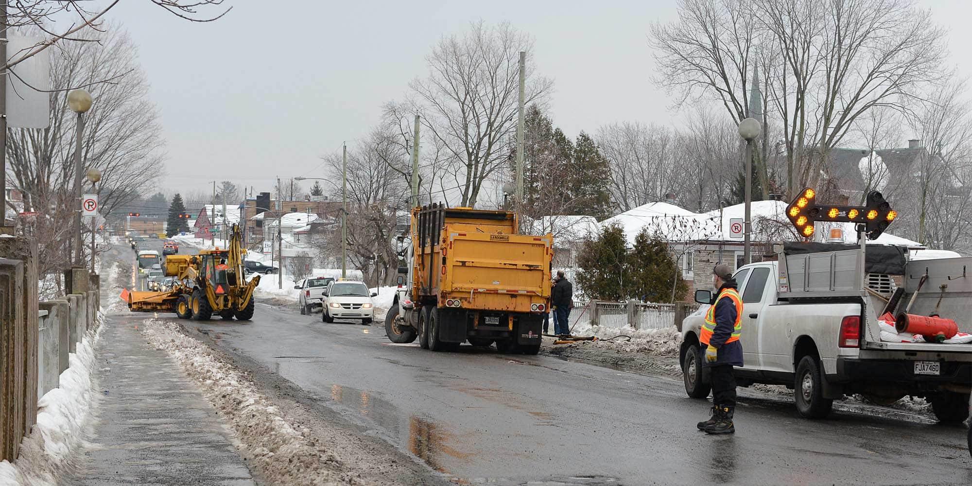 Un camion était immobilisé sur le pont Sainte-Paule, l'après-midi du 7 mars 2016. Photos par André Bernier