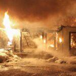 Le bâtiment qui semblait abriter un atelier de menuiserie a été complètement détruit par les flammes, le matin du 14 mars. Photos par Alexandre Parent Léveillé