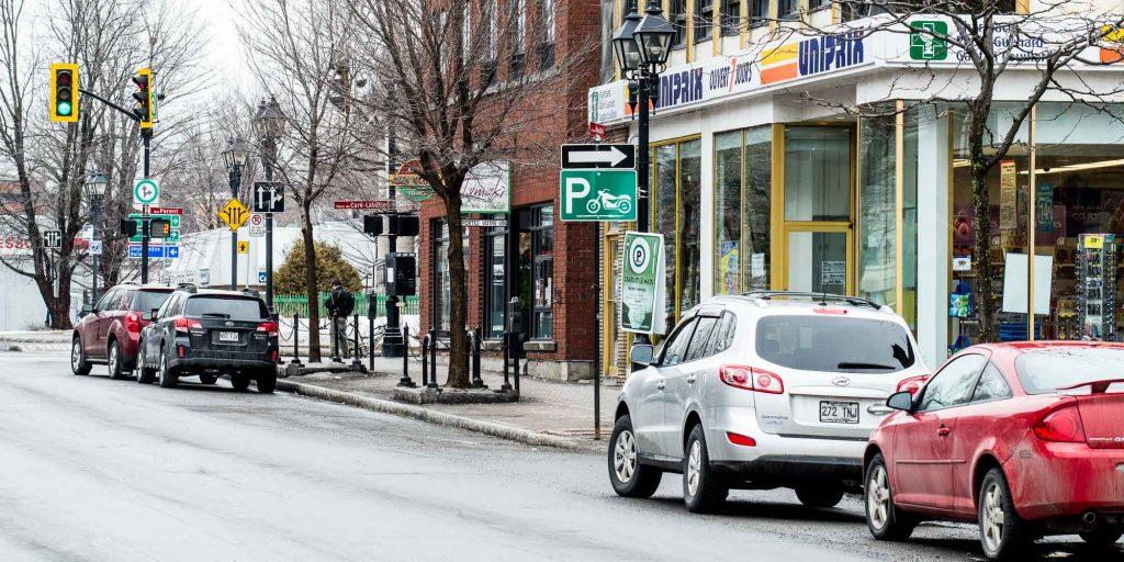 Depuis la fin mars, les stationnements de courte durée sont gratuits sur 14 places au centre-ville de Saint-Jérôme.