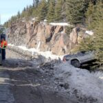 Le véhicule a arrêté sa course avant les rochers, sur l'autoroute 15 Nord, le 23 mars 2016. Photos par Alexandre Parent Léveillé