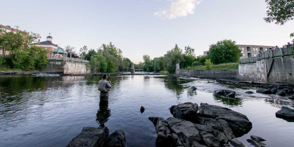 Pêche à la mouche sur la rivière du Nord, sous le pont Castonguay, à Saint-Jérôme, le 28 août 2015.