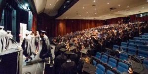 Les finissants diplômés de l'École polyvalente de Saint-Jérôme, qui montent sur la scène de la salle André-Prévost pour une photo de groupe, le 18 octobre 2015. Une activité initiée par Marie-France Danis.