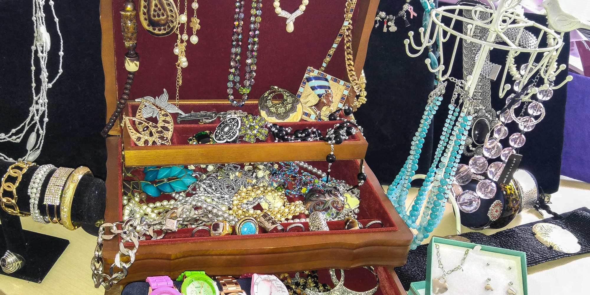 Un échantillon des bijoux disponibles au Comptoir d'entraide de Saint-Jérôme pour la vente de bijoux de la Fête des mères, qui se termine jeudi à 16h30.