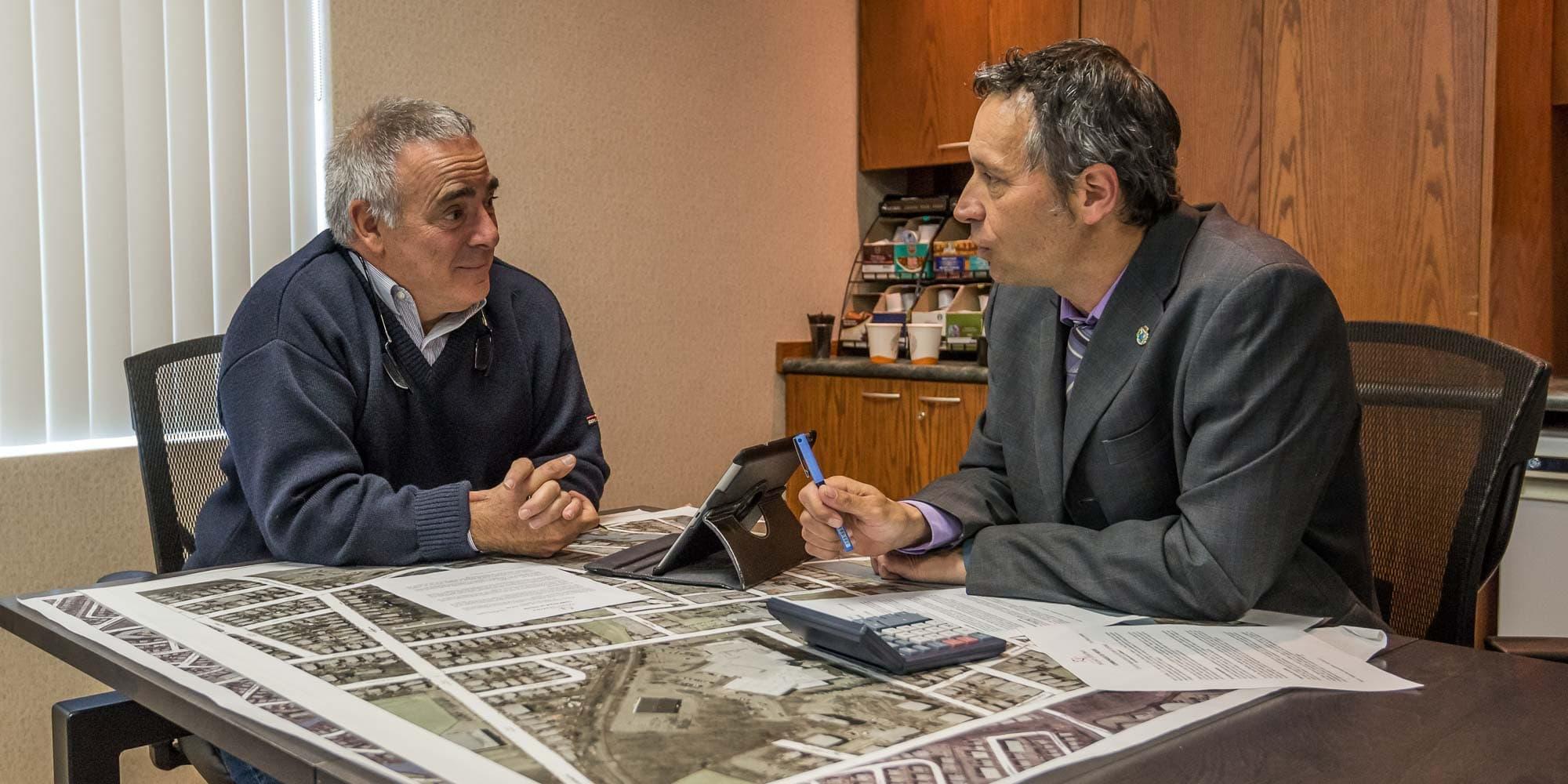 Benoît Beaulieu, président de la Commission des finances publiques de Saint-Jérôme et le maire Stéphane Maher.