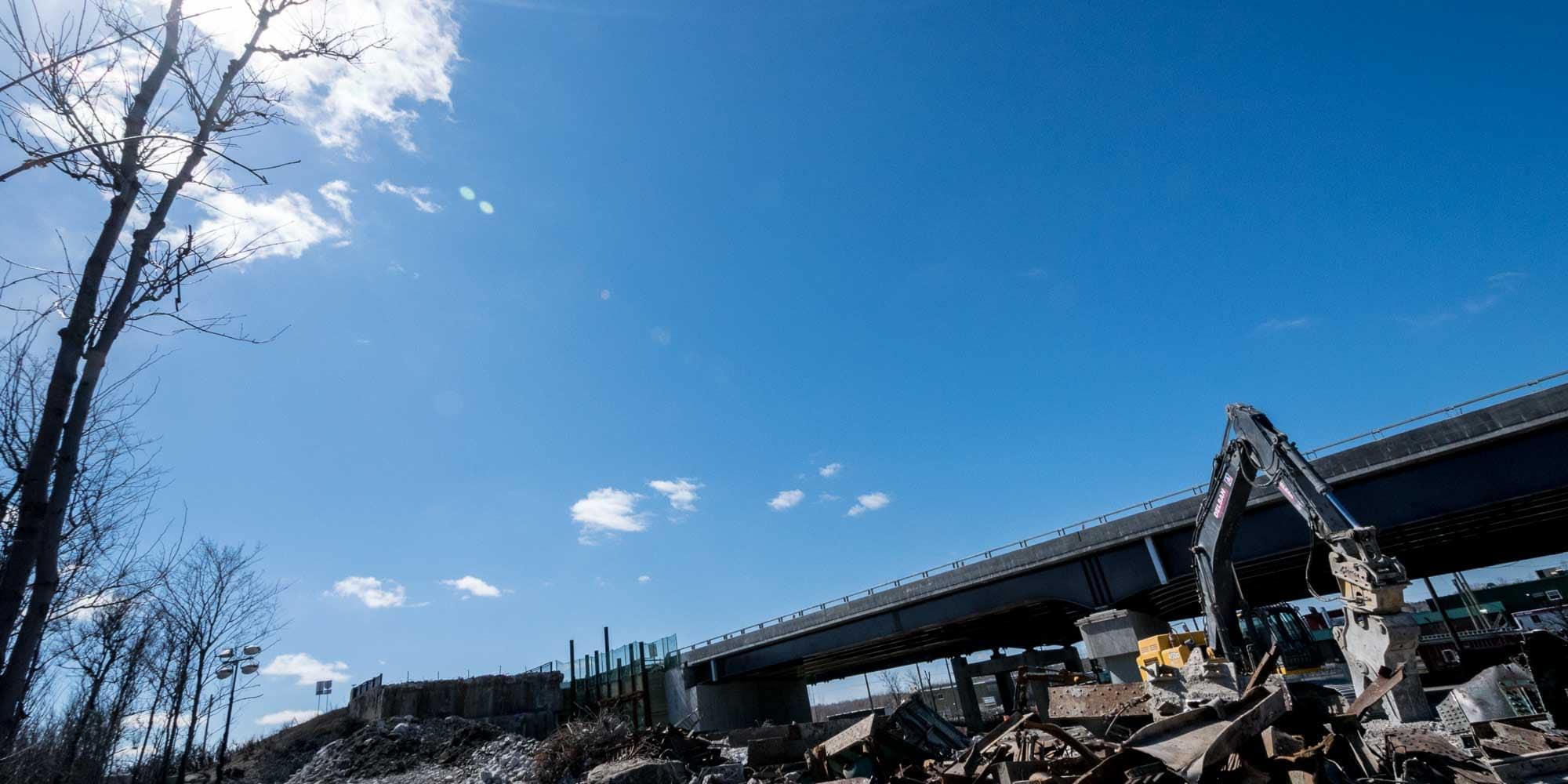 Le pont de l'autoroute 15 Nord a été démoli pour être remplacé par un neuf. Photo prise le 5 avril 2016 à Saint-Jérôme
