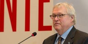 Le ministre de la Santé du Québec, Gaétan Barrette, était à l'hôpital de Saint-Jérôme pour annoncer un nouveau CHSLD de 96 places à Saint-Jérôme prévu pour 2018, le 13 juin 2016.