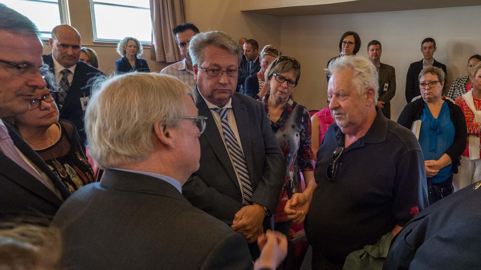Le ministre de la Santé Gaétan Barrette et le directeur du CISSS Jean-François Foisy ont répondu à des représentants des familles d'anciens résidents du Pavillon Sainte-Marie, le 13 juin 2016.