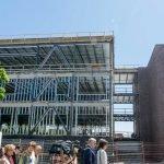 Le premier ministre Philippe Couillard a visité le chantier du nouveau pavillon du Cégep de Saint-Jérôme, le 16 juin 2016.