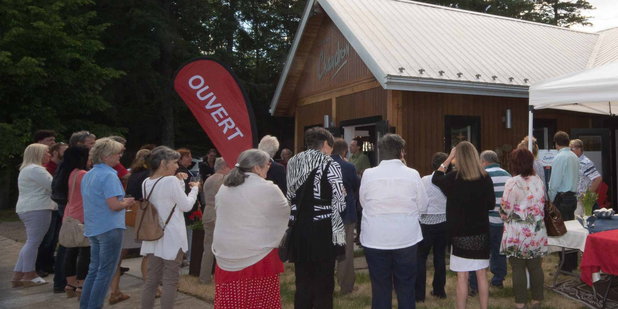 De nombreuses personnes étaient sur place lors de l'ouverture de la boutique Les étains Chaudron, le 22 juin 2016 à Val-David.