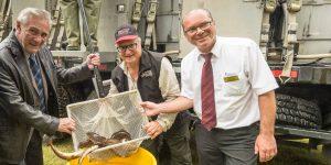 Le président de la Fondation de l'eau Rivière du Nord Ronald Raymond, avec le propriétaire du magasin Canadian Tire de Saint-Jérôme Jean-Guy Poulin et du directeur du magasin Serge Mayer.